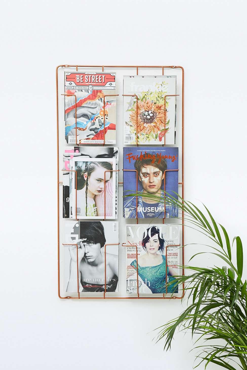 porte magazine mural vintage en cuivre six tages urban outfitters theartofindiscipline. Black Bedroom Furniture Sets. Home Design Ideas