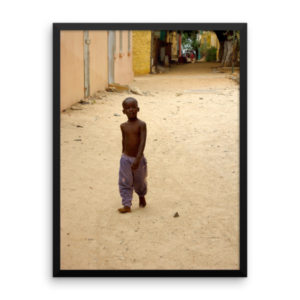 Photographie d'art encadrée – Little Boy in Gorée (Senegal)